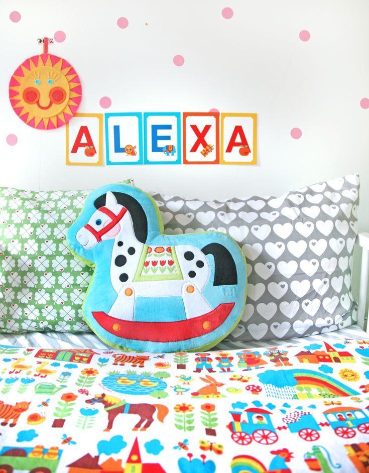 Bunte Bettwäsche Für Kinder Und Abc Postkarten Als Girlande