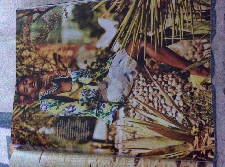 Tropicalísimo. Americana de seda de Kookaï, top amarillo estampado de Tara…