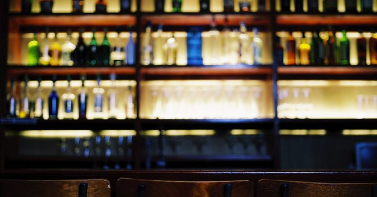 Ideias de design para um bar pequeno. Um bar pequeno é essencial para a pessoa que adora servir bebidas e coquetéis no estilo de restaurante em sua casa. Diferente do bar caseiro tradicional, eles incluem uma pia no design, fazendo com que seja mais fácil limpar copos ou lidar com respingos ocasionais, assim como adicionar água a uma bebida. O layout simples do bar pequeno permite a ...