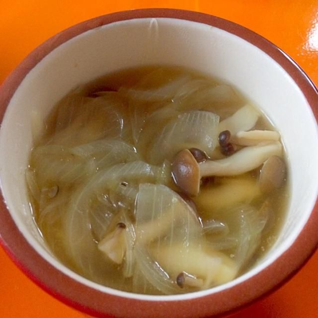 昨日の炊き込みご飯に使った、しめじの残りとたまねぎでコンソメスープ - 9件のもぐもぐ - しめじスープ by shi0826