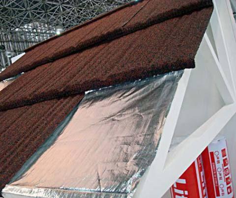 Uma das novidades da Brasilit é a telha de aço com gravilha – um tipo de cascalho. Ela possui um visual diferente, com aparência granulada. Disponível em diversas cores e texturas.
