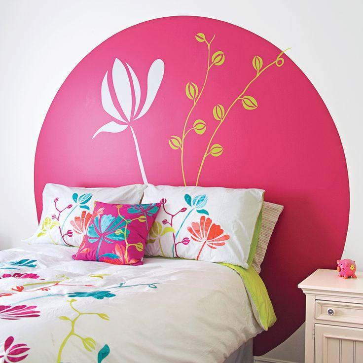 Comme par magie, les motifs fleuris de cette couette de lit se propagent jusqu'au mur. Émergeant du sol dans une belle auréole, ils se substituent à la traditionnelle tête de lit. Exit le mobilier, bienvenue à la créativité ! Empoignez vos pinceaux, le temps est venu d'exploiter vos talents cachés. Vous verrez, c'est si facile!  Très féminine, cette tête de lit peinte au mur est unique en son genre. Elle emprunte les motifs de la couette et s'impose comme le principal attrait ...