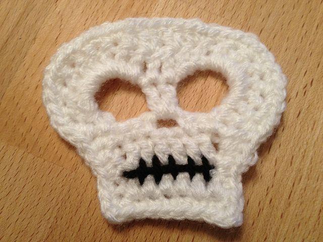 Crochet Skull applique - free pattern: Skull Appliques, Skull Decor, Decoration, Crochet Skull, Halloween Decor Patterns, Crochet Halloween Appliques, Skull Patterns, Free Patterns, Wall Hook