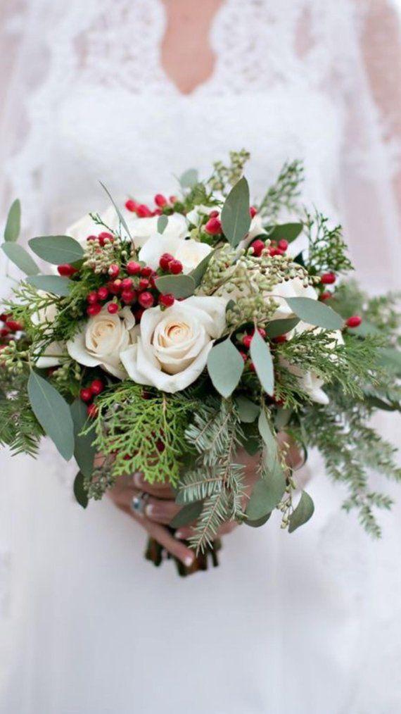 Este hermoso ramo es perfecto para una boda de Navidad o invierno. El rojo intenso …
