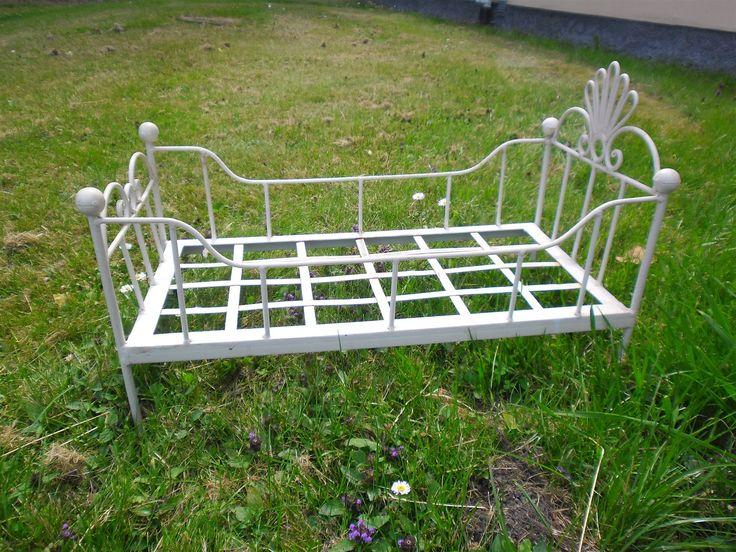 Annons på Tradera: Äldre vit lantligt Docksäng i metall shabby chic i trädgården med blommor retro