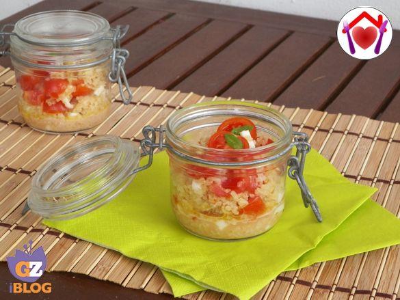 Pratici da trasportare nei vasetti monoporzione: provate questo gustoso bulgur con mozzarella, pomodorini e olio al basilico.