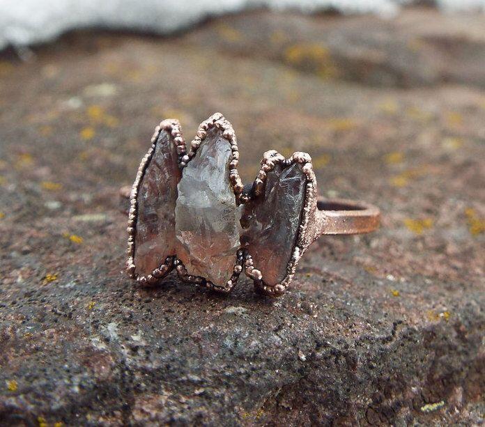Bague cristal de roche, bague de pierres précieuses, bague en cristal, cristal, anneau de cuivre, bague, bague en cristal brut, bague quartz brut, anneau de cristal de montagne par howlingwolfjewellery sur Etsy https://www.etsy.com/fr/listing/508326047/bague-cristal-de-roche-bague-de-pierres