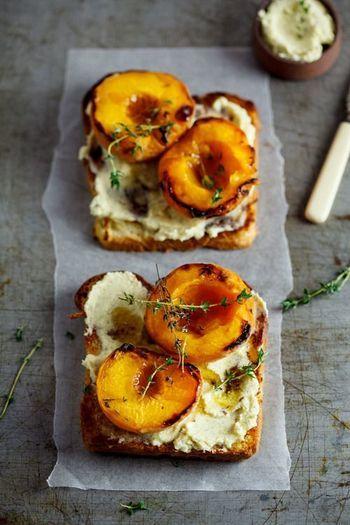 桃とマスカルポールチーズのサンドイッチ。桃をのせたままグリルして、はちみつをかけてサンドします♪
