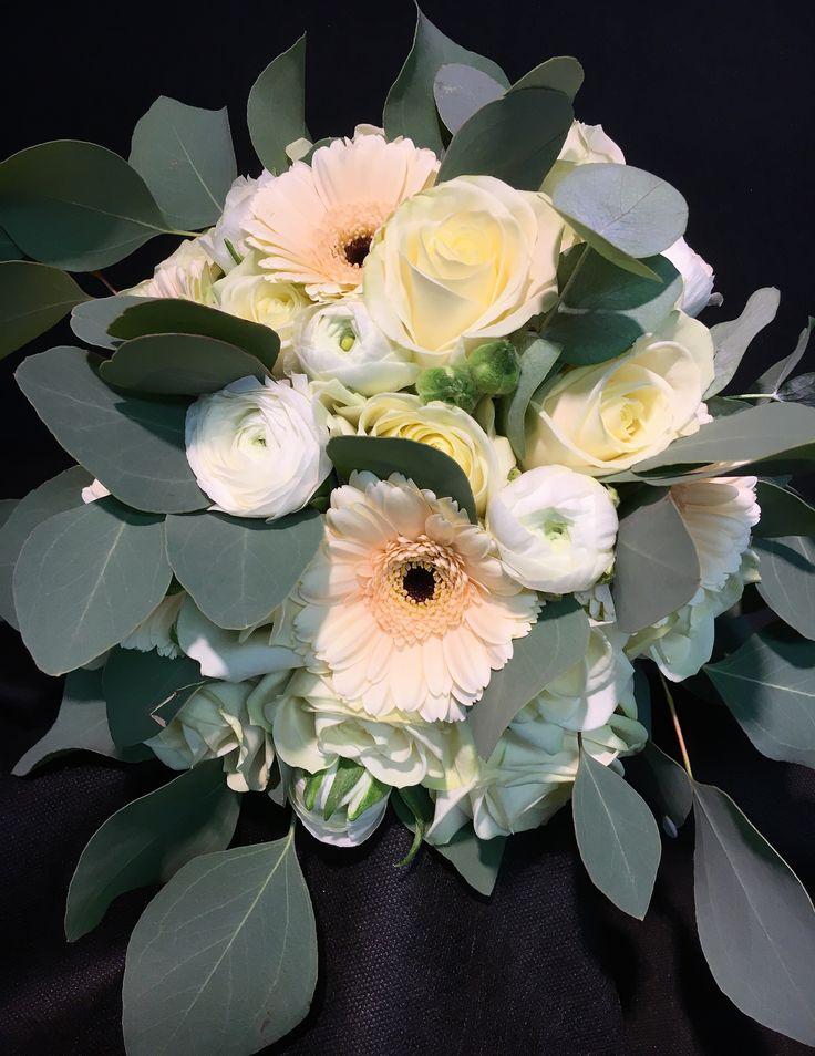 """Handbunden brudbukett med vita Avalancherosor, vit  ranunkel, germini """"cafè"""" och poppel fiori."""