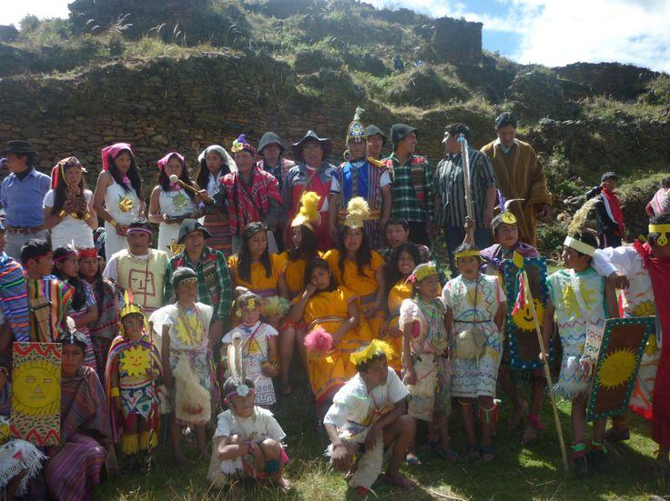 el Sinchi, (General del Ejercito Inca), luego el Ejercito Imperial y luego las Accllas (mujeres escojidas), siguen las t'ika t'aqaqkunas (mujeres que arrojan flores al suelo para el paso del inka) y los pichaqkunas (hombres que limpian el suelo), todos al son de pututos, quenas, tinyas, donde el inka y su esposa (Qoya) aparecen, seguido por su comitiva real y la nobleza, acompañado por el sumo sacerdote (willaq Umu)