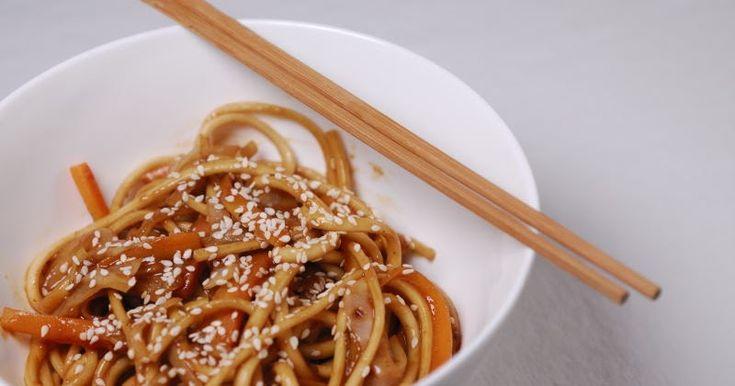 Eerst Koken: Japanse udon noedels met witte kool, sesam en een pindasausje