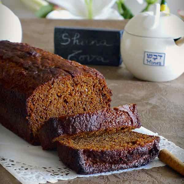 Le honig lekach est un gâteau au miel traditionnellement servi pendant la fête de Rosh Hashana ou après le jeûne de Yom Kippour.
