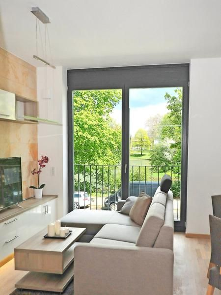 Velkým úspěchem skončil prodej bytů projektu Residenz am Zwinger v Drážďanech. Dva měsíce před kolaudací zná svého majitele všech 86 bytů určených k prodeji. Pro zájemce o bydlení v této lokalitě ale máme dobrou zprávu – již nyní si mohou zamluvit jeden ze 103 bytů určených k dlouhodobému pronájmu. http://www.residenz-am-zwinger.de/vermietung/