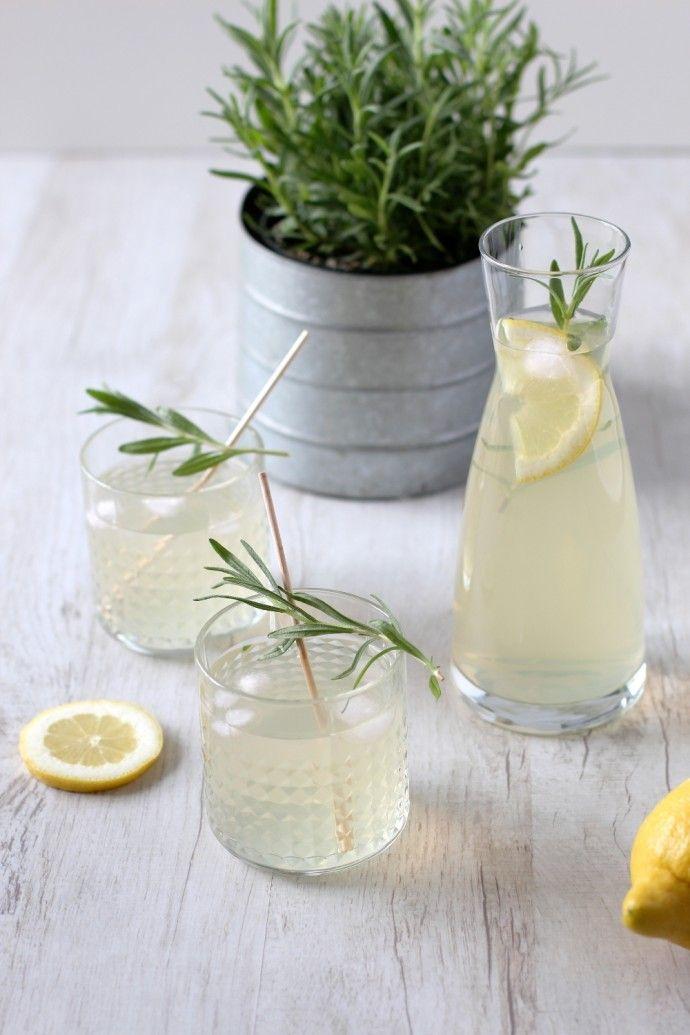 Rezept: Erfrischende Lavendel Limonade selber machen   Lavender infused Lemonade   Oh Lovely Life