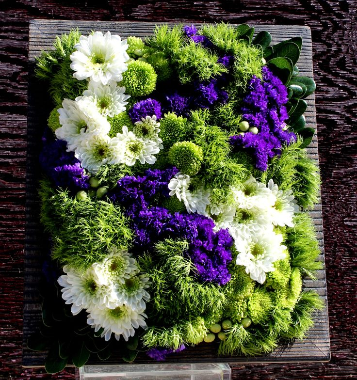 Diseño floral en marco de fotos con crisantemos, green dianthus y siempreviva.