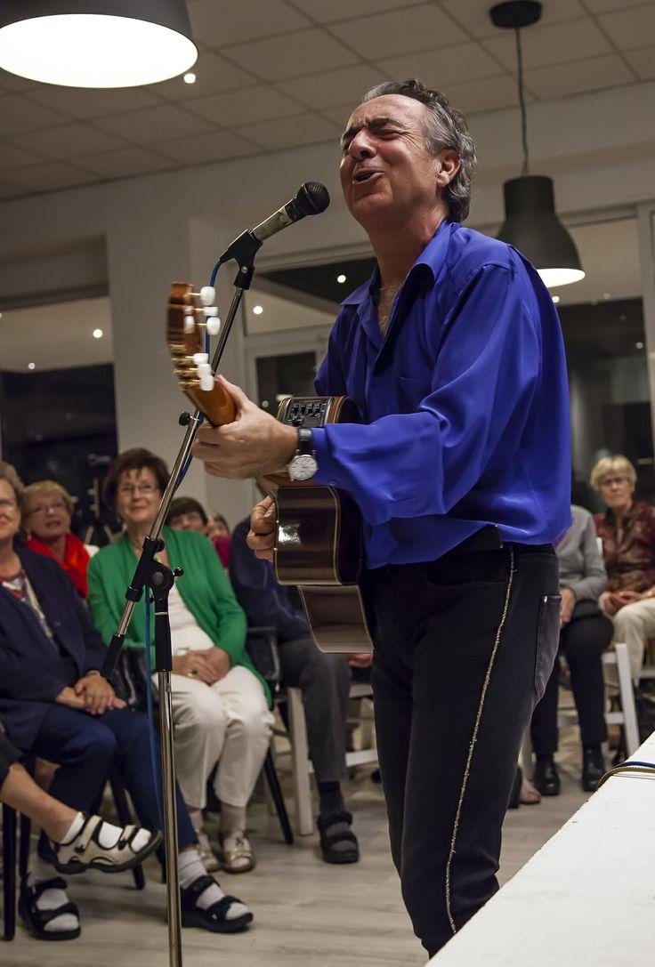 Eddie Oliva hade ett par bejublade framträdanden under resan.   http://halsoresor.se #hälsa #hälsoresor #show #Eddie_Oliva ( Foto: Copyright © Emelie Hallbäck, All Rights Reserved.)