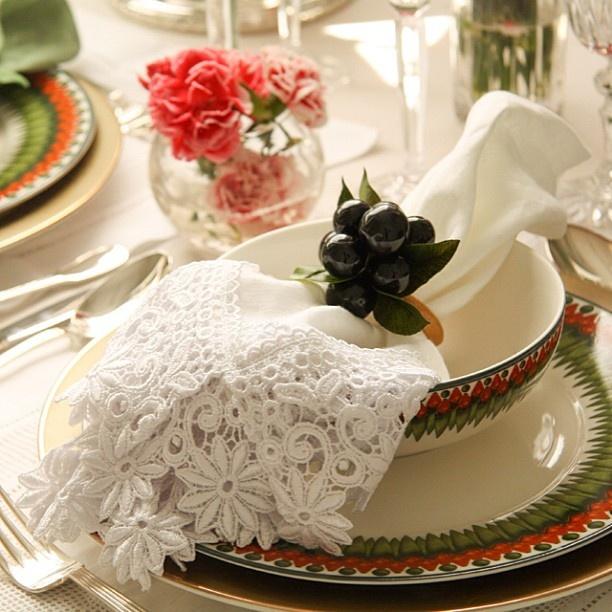 Para almoços ensolarados em família!!! Porta Guardanapo Jabuticaba, Porcelana Sementes do Brasil e Sousplat Dourado. #almoco #felicidade #tableware #vestiramesa #temqueter #receberbem #exclusivo #taniabulhoes #listadecasamento #vocemerece