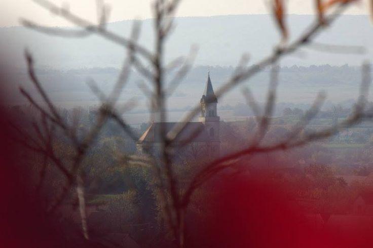 Mit régen is generált e kép, megtérés, megnyugvás tornyok látványa, mit egy megtért vándor élt át anno megnyugszik a zakatoló szív, ismerős már e tájék  nem csak lábam, de szívemnek is ismerős e látvány dombok s lankák közül kiemelkedő jelzés. (részlet) Teljes vers itt: FEBRUÁR: http://www.minalunk.hu/mor/hirek/10517/511/Mor__Fotosok_szemevel_sorozat_-_2014_februar_  .