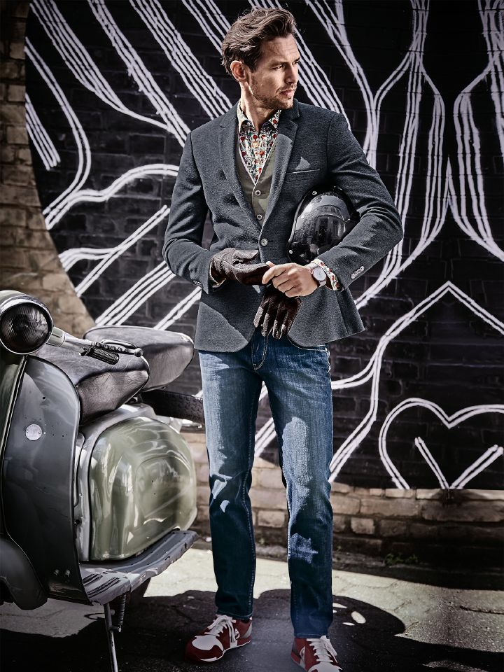 CONVENIENCE BLAZER. Sweatshirtgemütlich und businesstauglich. Der flexible Jersey aus Italien trägt sich superbequem, ist robust auf Reisen und knautscht nicht. Clever: Das Sakko sieht trotz hohem Hightech-Anteil aus, als wäre es aus reiner, feiner Wolle. So passt es ins Business, in die Freizeit sowieso. Mit Jeans von HERRLICHER, Sneaker von LE COQ SPORTIF - ganzer Look bei www.mey-edlich.de