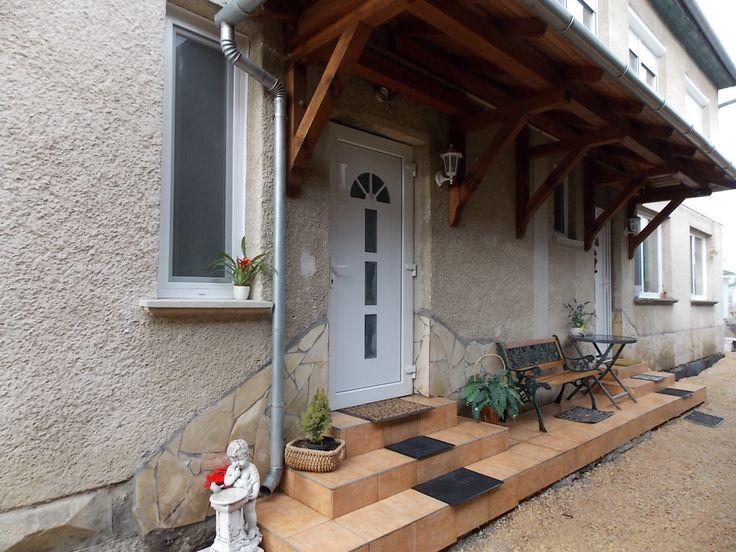 Apartment zu Vermieten in Stadt Győr !  Das Landhaus Apartment befindet sich in einem ruhigen Wohngebiet von Győr, in Bezirk Pinnyéd. Das Apartment umfasst 50 m2, besteht aus 1,5 Zimmern+Küche+Bad, wurde kürzlich renoviert, ist voll möbliert und komplett ausgestattet