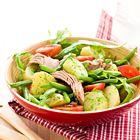 Tonijnsalade met boontjes, tomaten en rucoladressing