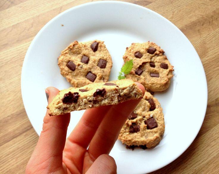 God torsdag! Idag er det sunne energicookies som skal deles, og desse er litt annleis enn dei fleste sunne, søte oppskriftene mine. Eg veit nemlig at ikkje alle kan eller liker å bruke sukrinvariantane eller anna naturlig, pulverisert søtning – derfor har eg brukt andre ingredienser for å få desse søte og gode. Som dere …