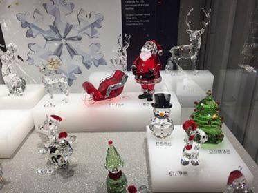 Il Natale si avvicina e SWAROVSKI lo festeggia con tantissime novità. In arrivo direttamente dal Polo Nord, l'ormai famoso Babbo Natale torna anche quest'anno con la sua classica tenuta. Per comporre un insieme a tema, puoi abbinare a questa simpatica creazione la Renna e la Slitta.  #villamontesiro #fratelli_villamontesiro #villa_casalinghi #ul_piatè_de_munt #swarovski