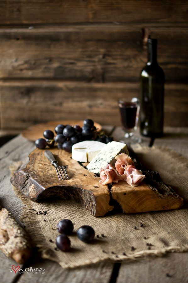 Winterromantik, eine tolle rustikale Holzplatte mit Käse, Wurst und Weintrauben. Allerbeste Feinkost findest Du online in unserem Shop: gegessenwirdi…