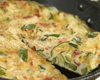 Omelette légère à la ratatouille pour accommoder les restes : http://www.fourchette-et-bikini.fr/recettes/recettes-minceur/omelette-legere-la-ratatouille-pour-accommoder-les-restes.html