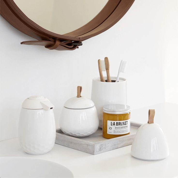 Lille opbevaringskrukke Mellibi i hvid keramik fra Kähler. Mellibi er en ny badeværelsesserie i keramik fra Kähler. Mellibi er en elegant og praktisk serie af tilbehør til badeværelset.