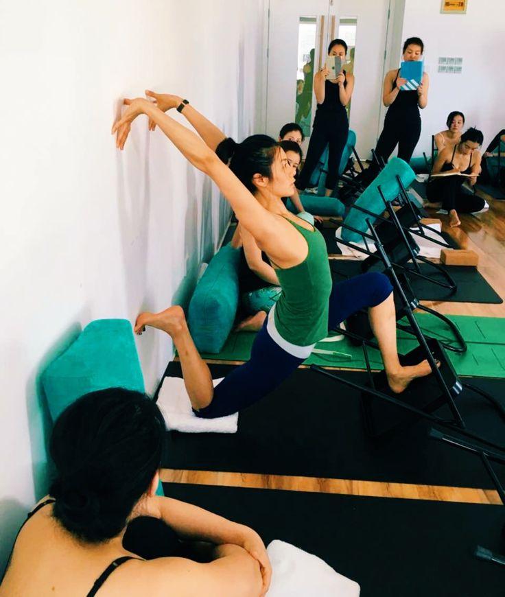 As 25 melhores ideias de ioga iyengar no pinterest ioga for Chaise yoga iyengar