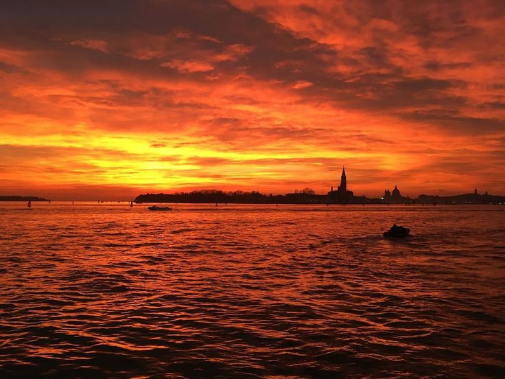 An #unpublished short story about Venice, and about boats as status symbols - especially about why Venice is NOT a city for lovers.