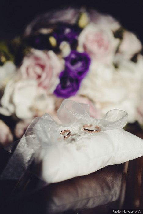 Cuscino bianco portafedi per gli anelli nuziali al momento della cerimonia di matrimonio