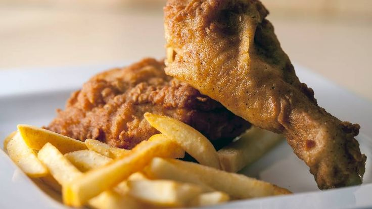 Halbes Hähnchen mit Pommes frites  Kalorien (immer pro 100 Gramm):Hähnchen: etwa 221; Pommes frites: etwa 329. Gesamt: 550  So wird ein 70 Kilogramm schwerer Esser sie wieder los:etwa zwei Stunden Wasseraerobic