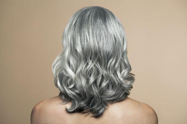 I miei capelli hanno cominciato a ingrigirsi quando avevo trent'anni. È una questione di geni: in famiglia diventiamo grigi ma non rugosi, quindi ricorriamo alla tinta, non al Botox. Leggi