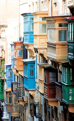 Les célèbres balcons de La Valette à #Malte. Une ville merveilleuse classée au patrimoine mondial de l'UNESCO #VoyagesAlmatours