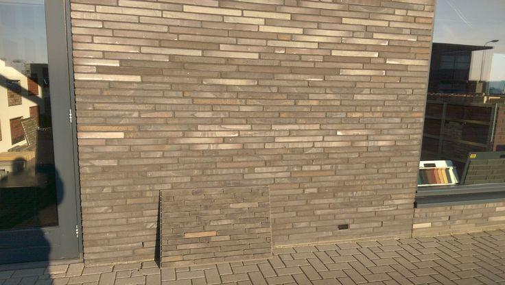 Lange stenen buitenkant muur vinden we mooi. Ook de kleinere stenen die we erbij gezet hebben op de grond. Maar die zijn veel te duur, 1,10 per steen.