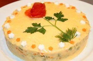 Salata de boeuf nu lipseste de la masa de Craciun sau cea de Anul Nou iar prepararea ingredientelor la aburi pastreaza cu 30 % mai multe vitamine decat fierberea lor. Carnea se pune in sertarul de jos, pentru a nu se scurge zeama peste legume. Prepararea, dureaza aprox 35 de minute. Cand legumele si carnea s-au racit, se toaca marunt toate ingredientele, inclusiv castravetii murati. Se face maioneza din 2 galbenusuri crude si 2 fierte. Galbenusurile fierte, se zdrobesc bine si se amesteca…