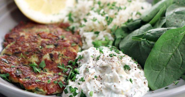 Zucchinibiffar med riven halloumi, serveras med yoghurtsås med karamelliserad lök i och kokt ris. Väldigt god middag!