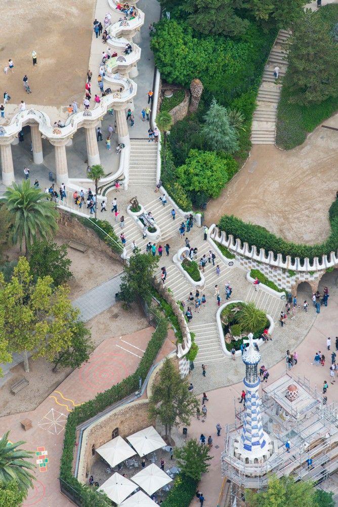 23 Heb je ooit een bijzonder gebouw bezocht en welk gebouw was dat? Noem 3 gebouwen die je bijzonder vindt, waar liggen ze? Parc Guell Stairway, Barcelona