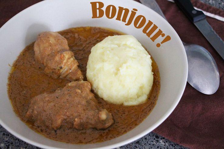 C'est avec ma mère que j'ai préparé cette superbe recette. Elle me prépare ça depuis que je suis petite et c'est facilement, un de mes plats préférés. Chez nous au Bénin, le foufou se nomme «Agoun» et pour l'occaz, comme il est très difficile (et beaucoup plus long) de piler de l'igname en Europe ou …