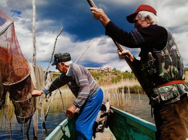 Vissers op het lago Trasimeno in Umbrie door Steve #McCurry in 'Sensational Umbria' | www.regioneumbria.eu