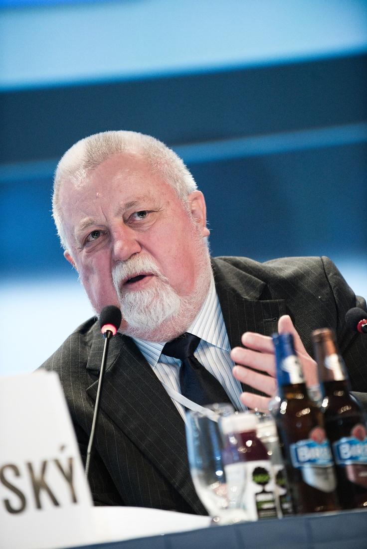 Pan Zdeněk Juračka přednesl úvodní řeč na konferenci Retail Summit 2013