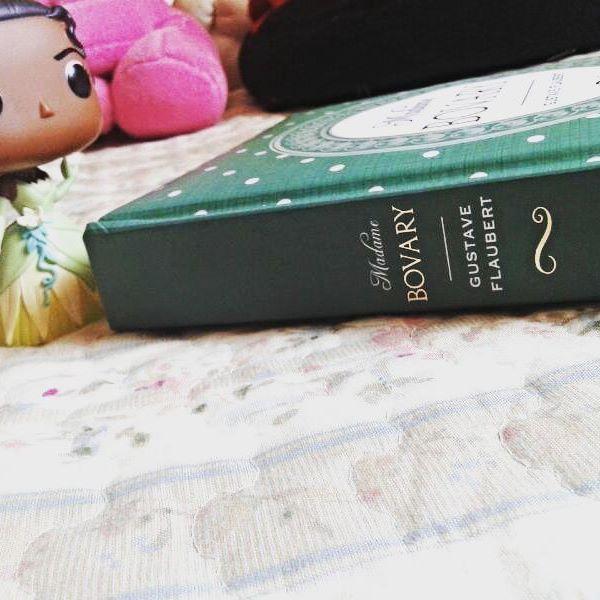Terminei ontem a noite de ler Cartas do Passado (@lucyvargasbr) ainda estou me recuperando do fim daquela leitura. A última vez que fiquei assim,  com tantos coraçõeszinhos nos olhos foi quando terminei A Promessa da Rosa (@babiasette) e ca entre nós,  isso diz muito sobre a nossa literatura.  Porém como a meta de leitura está totalmente atrasada aqui está minha atual leitura, que faz parte do desafio #observobooks * Um livro do gênero que você menos leu ano passado. Eis aqui Madame Bovary…