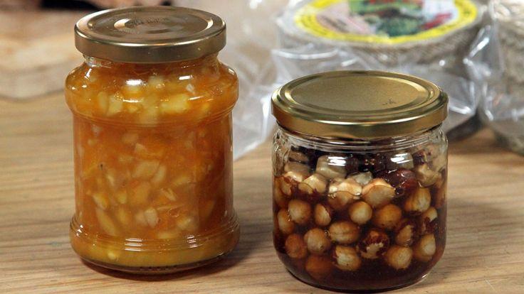 Ost og vin på terrassen i sommervarmen? Appelsinmarmelade med mandler og hasselnøtter i honning er godt til behør til god, kraftig ost.