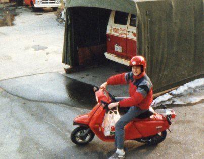 Bruno Lamarche dans sa jeunesse heureux sur un scooter 84    Crédit: Babillard du Facebook de Bruno Lamarche