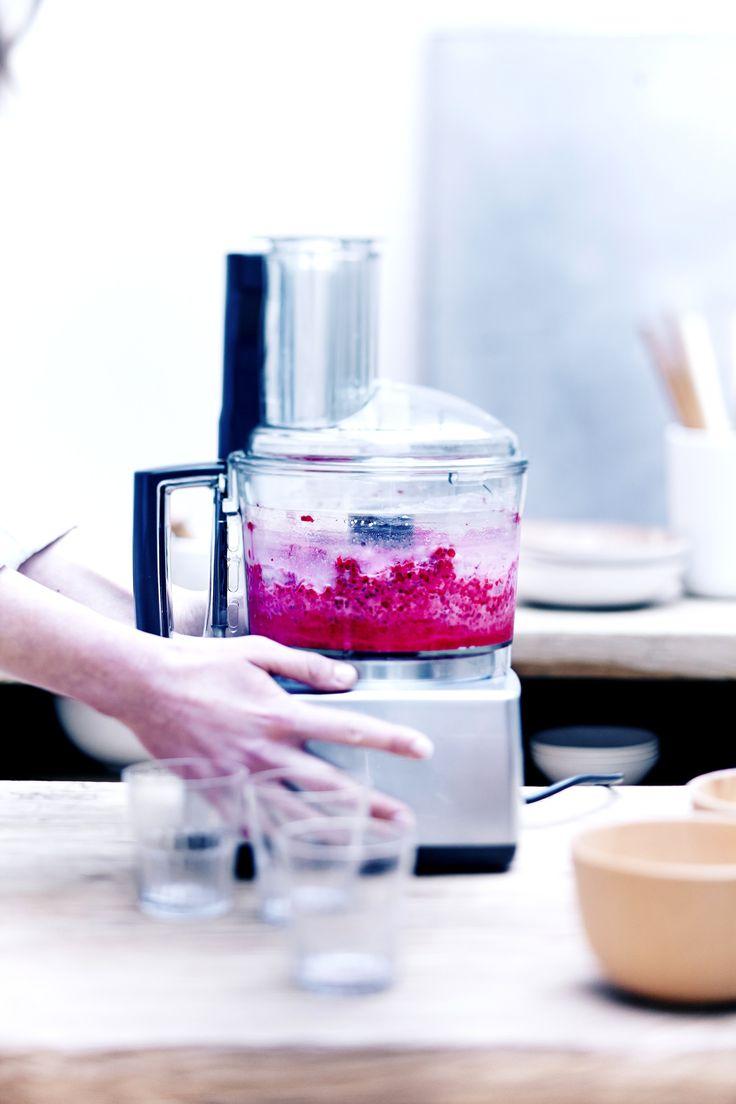 Recette Sorbet minute aux framboises : Mettez les fruits congelés dans le bol du robot et mixez quelques secondes. Si les fruits sont encore trop durs, attende...