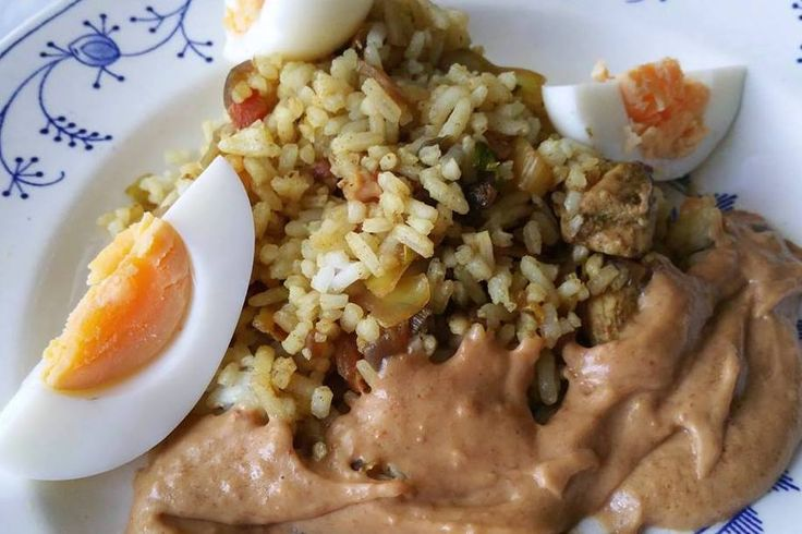 Lekker Nasi zonder pakje en mix op mijn manier. Ik heb mijn eigen recept aangepast. Snijd de kool, de wortels in reepjes en de prei in ringetjes. Snijd kip