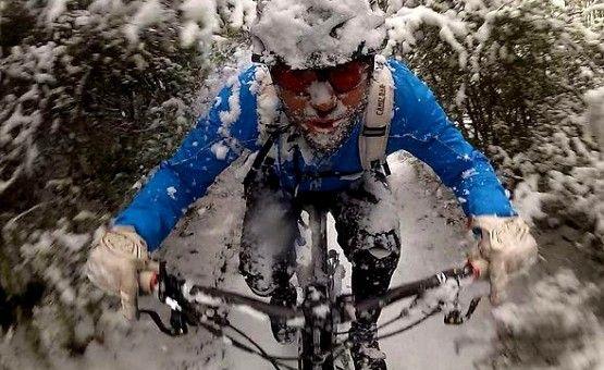 Niska temparatura i mroźne powietrze nie oznacza jeszcze, że pasjonaci jazdy na rowerze miejskim lub trekkingowym muszą rezygnowac z tej formy aktywności. Wystarczy odpowiednie przygotowanie, a z roweru będzie można cieszyć się cały rok. http://www.treningowerowery.pl/jak-cwiczyc/jazda-na-rowerze-zima-jak-sie-przygotowac/
