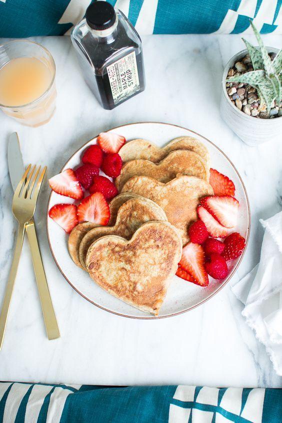 Atrévete a sorprender a ese alguien especial con estos #DesayunosSaludables, recuerda ser creativo para agregarle ese toque romántico. #RecetasParaSanValentin #HotCakesDeCorazón #RecetasSaludables #14DeFebrero